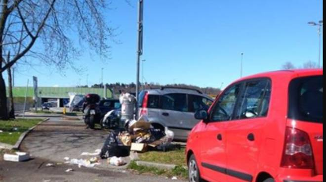 rifiuti parcheggio della stazione di grandate degrado