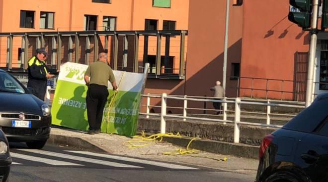 ripescato carrello e cartellone dal Cosia finiti in acqua