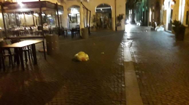 sacchi spazzatura spostati a como per il vento