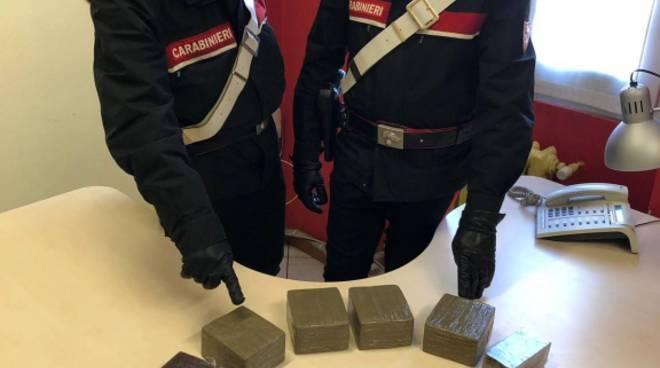 scappa dai carabinieri a bregnano e poi siribalta droga su auto arresto