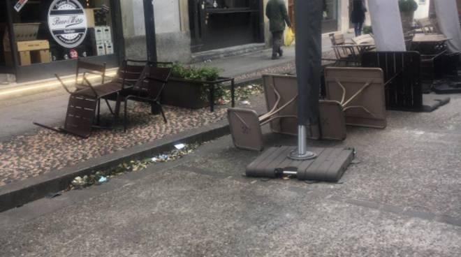 tavolini e sedie spazzati via dal vento forte in queste ore a como