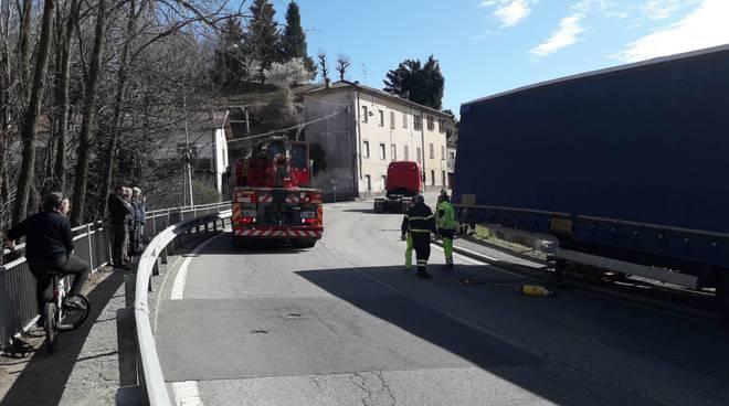 traffico como strade per interventi pompieri via grossi e poi canturina tir bloccato