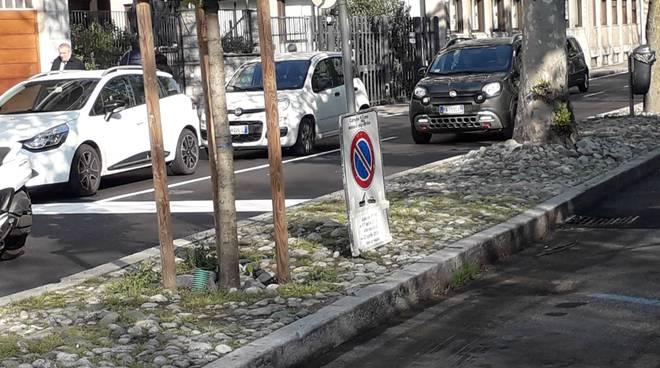 auto rimosse con carro attrezzi da viale varese per la fiera di pasqua polizia locale