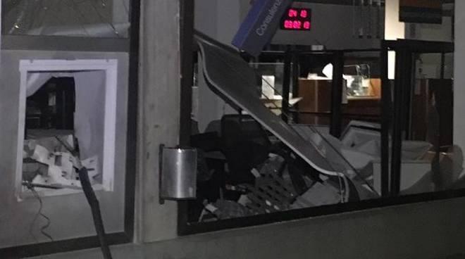 bancomat saltato a luisago carabinieri arrestano la banda