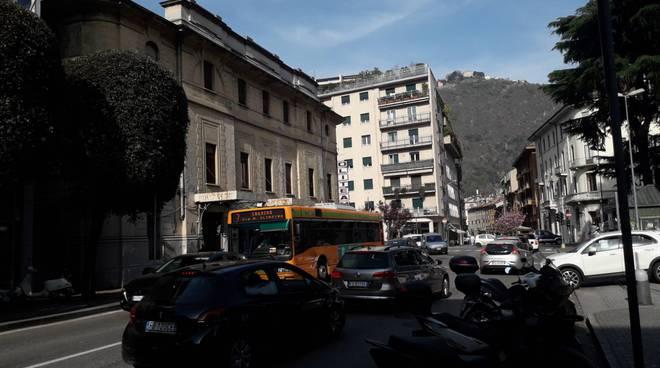 caos traffico como viale varese per lavori di sistemazione tombini