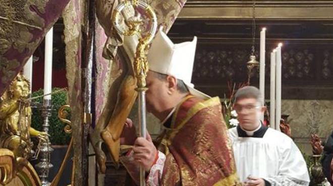 cerimonia bacio crocifisso domenica delle palme basilica viale varese