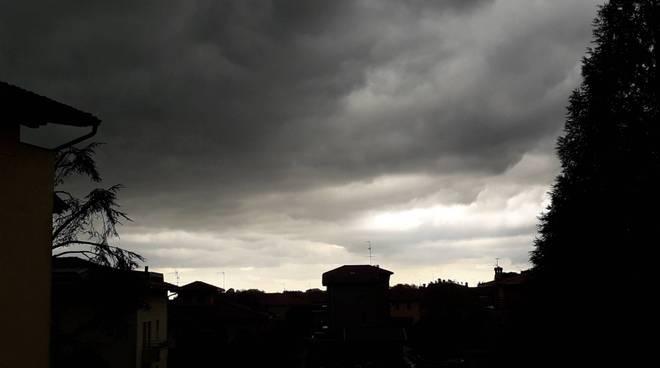 cielo scuro grandinata schiarite piazza cavour con nuvole como