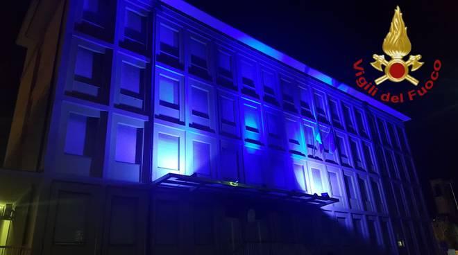 giornata mondiale dell'autismo, i pompieri di como colorano la facciata di blu nella notte