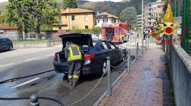 incendio auto fuori dal comune di tavernerio pompieri soccorso