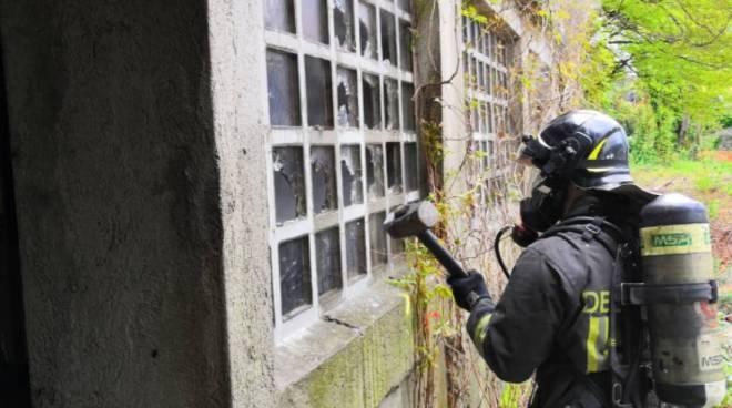 incendio baracca senza tetto via regina a como pompieri