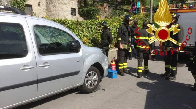 incidente barni auto si ribalta soccorsi dei pompieri