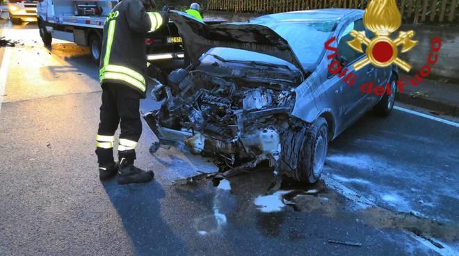 incidente figino serenza notte auto ribaltata via meroni soccorsi pompieri