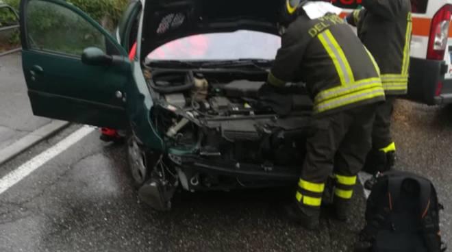 incidente napoleona, auto sbanda e finisce fuori strada