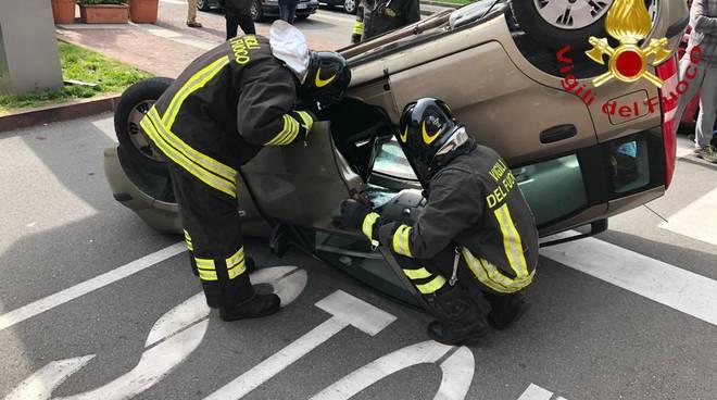 incidente olgiate piazza italia, auto si ribalta soccorsi pompieri