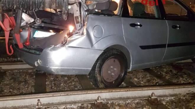 incidente passaggio a livello erba, locomotore contro auto danni e paura