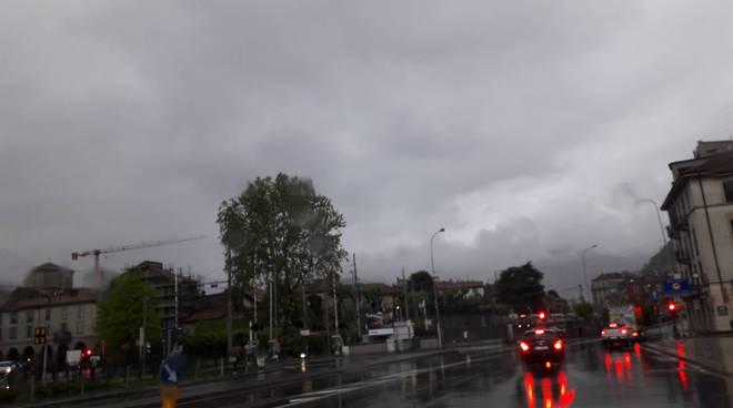maltempo e pioggia strada allagate cielo coperto
