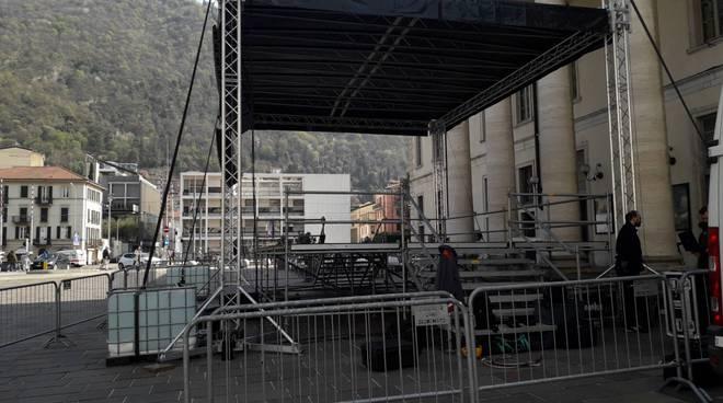 palco pronto per comizio di matteo salvini a como piazza verdi