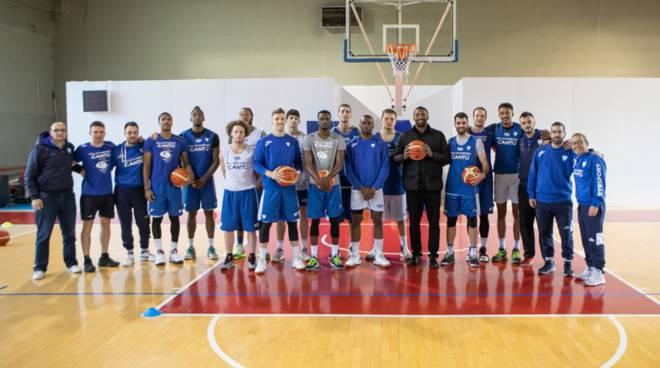 pallacanestro cantù visita di metta world peace al centro sportivo toto caimi
