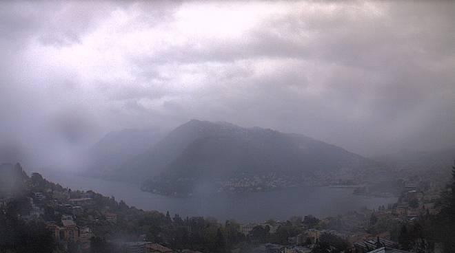 pioggia su como dopo lunga siccità immagini web cam di meteocomo