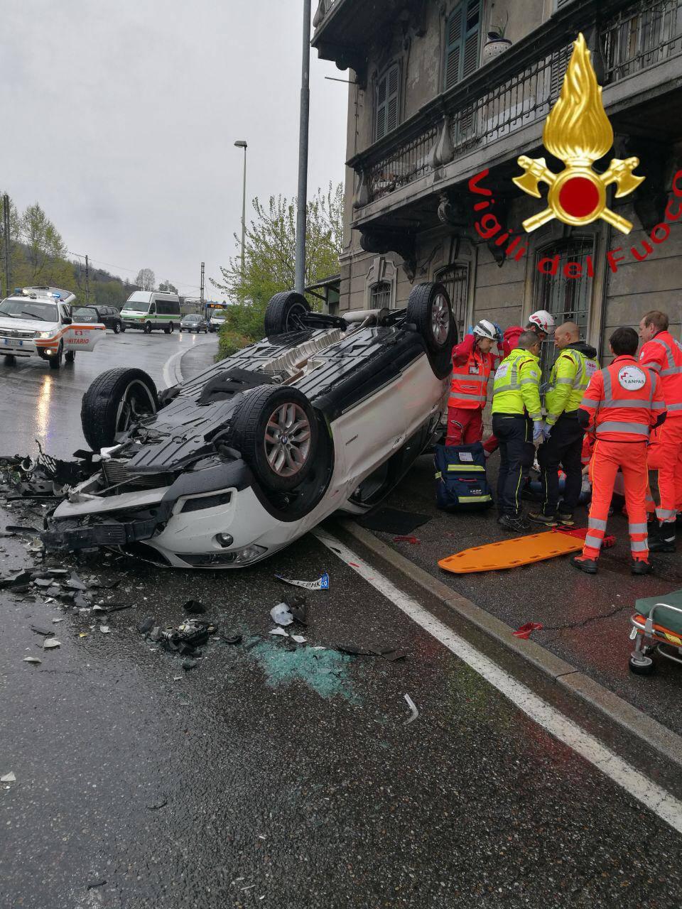 Schianto in Napoleona tra due auto, una ribaltata: cinque feriti