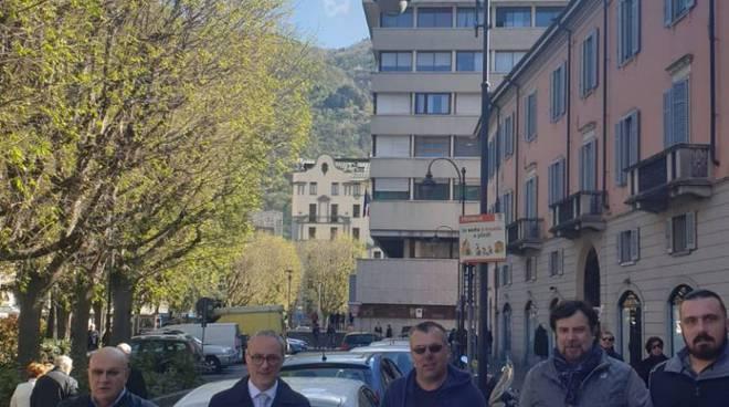 sos italia libera protesta fuori dal tribunale per ndrangheta cantù angelo ornenigo