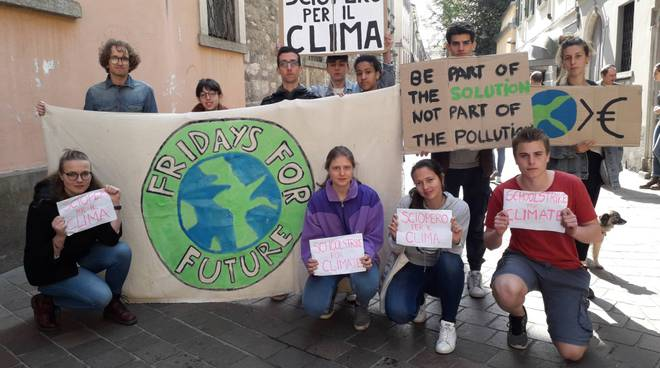 studenti di como protesta per il clima fuori dal comune