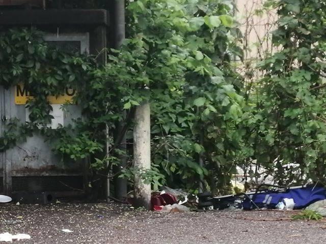 Altre foto del degrado alla stazione di Grandate: in mezzo ai rifiuti......