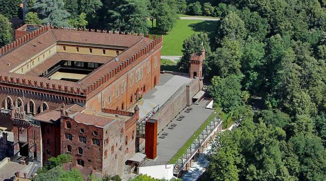 castello di carimate veduta dall'alto e di fronte dalla piazza