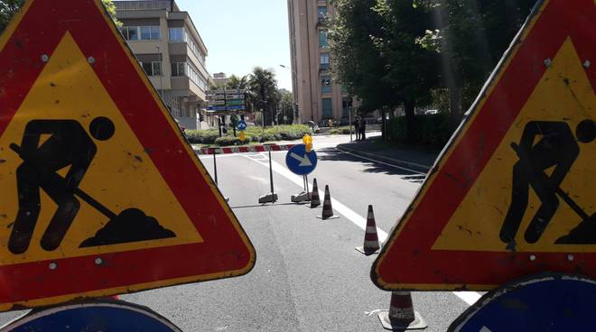 cedimento viale varese a como, la strada ha ceduto transennata