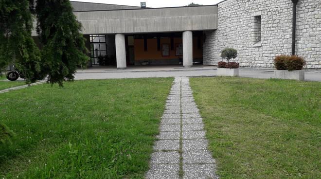 chiesa dell'eucarestia di tavernerio funerale insegnante morta a 40 anni esterno chiesa