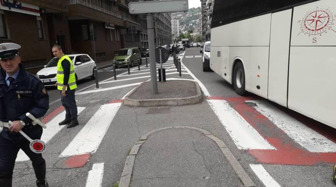 como viale masia pullman bloccato in mezzo alla strada e traffico deviato polizia locale