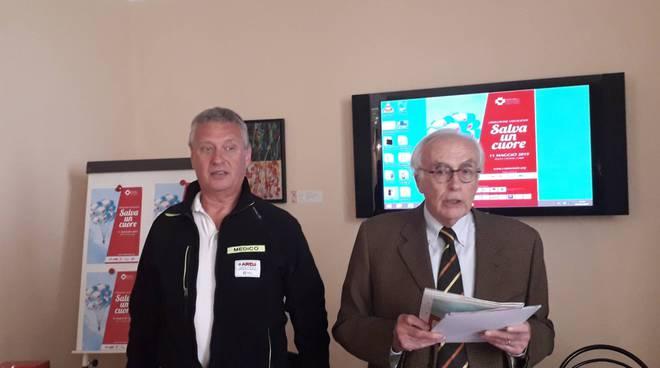 comocuore presenta iniziativa rivolta agli studenti per usare defibrillatore classe