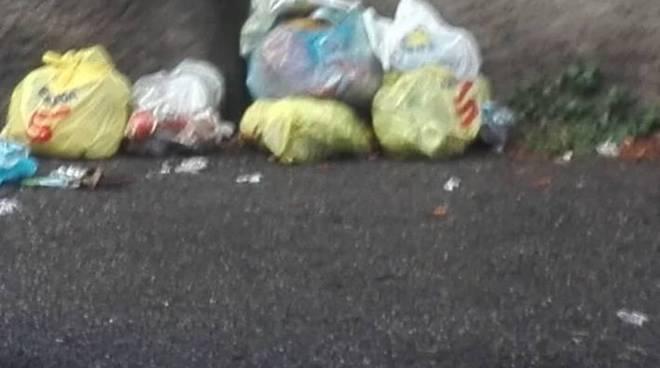 degrado alla stazione di grandate rifiuti abbandonati e sporcizia