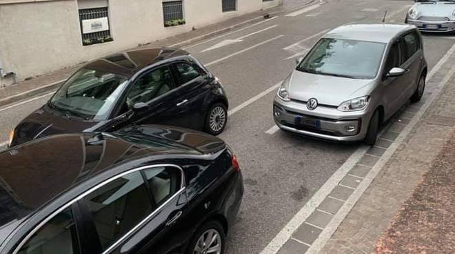 foto notizia auto in doppia fila via carloni a como sosta vietata