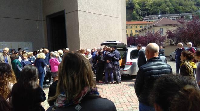 funerale simone bertelè a como chiesa di sant'agata gente e carro funebre