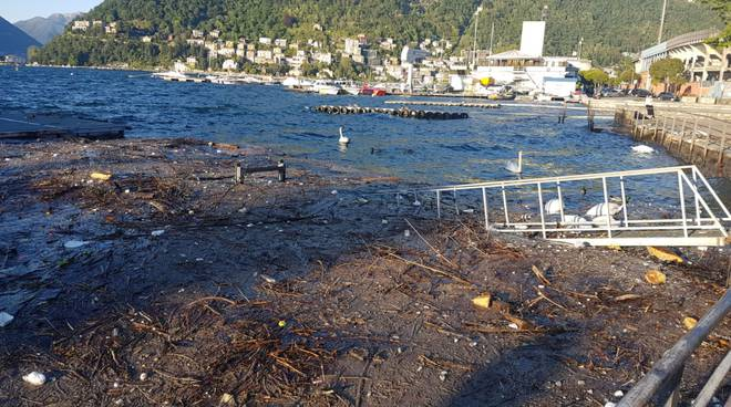 I danni del vento all'hangar di Como: pontile affondato e detriti