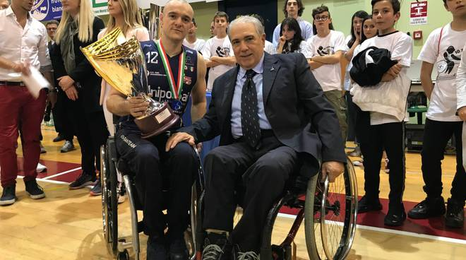 ian sagar briantea 84 riceve la coppa secondo posto campionato perso da santo stefano