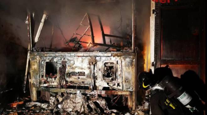incendio notte lezzeno box distrutto pompieri