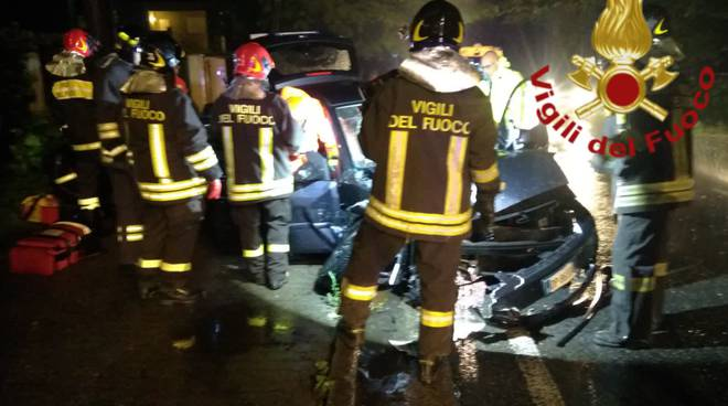 incidente auto frontale guanzate via roma