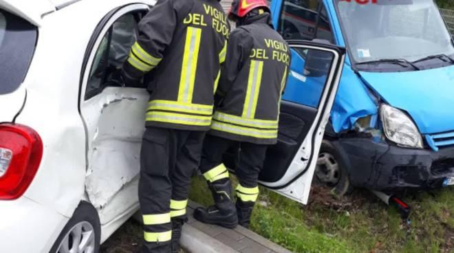 incidente in via per bregnano a vertemate scontro auto furgone