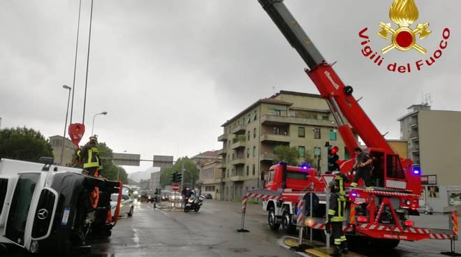 incidente via grandi a como, furgone ribaltato su un fianco ambulanza e pompieri
