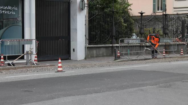 lavori viale battisti a como per asfalto strade giro d'italia