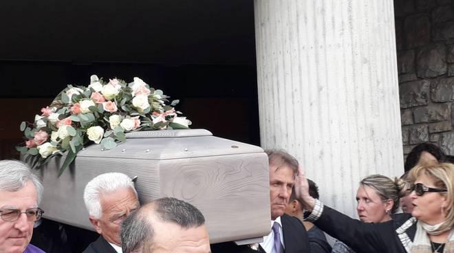 Lo struggente addio alla prof Forni alla chiesa di Tavernerio: il saluto dei suoi alunni