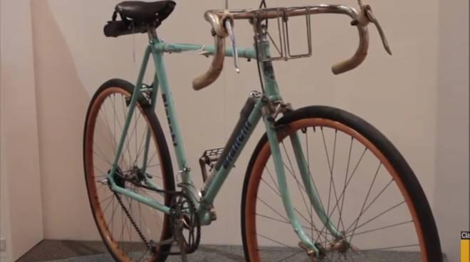 mostra al broletto di como su bici e maglie per giro d'italia