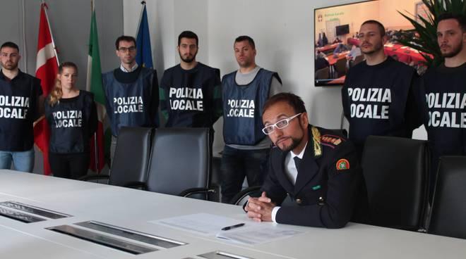 nuovi agenti polizia locale di como presentati oggi con comandante ghezzo