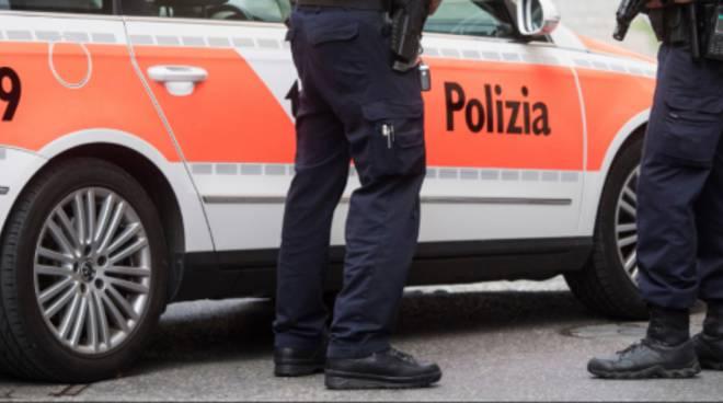 polizia ticino generica auto ed agente poliziotto