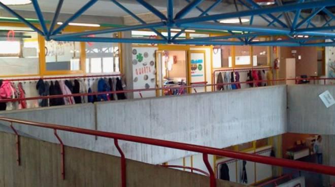 scuola media kennedy albavilla esterno istituto insegnante muore in aula