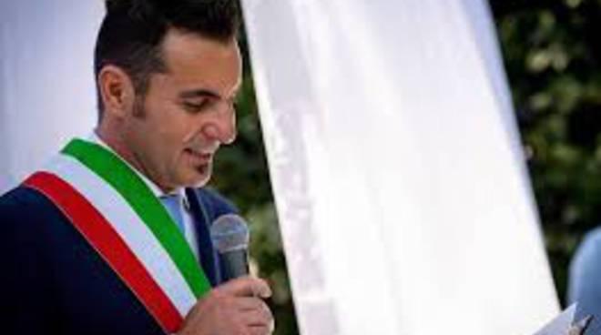 sindaco di olgiate simone moretti con fascia tricolore al collo