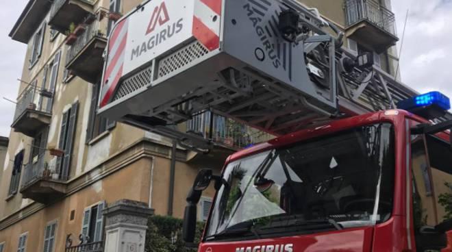 vento e dann i, lamiera pericolante sul tetto di via alciato pompieri