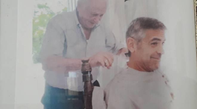 achille barbiere di george clooney foto di lui che taglia i capelli